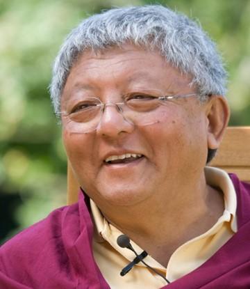 Jigme Rinpoche ist der Bruder von Sharmar Rinpoche und der Neffe des 16. Karmapas